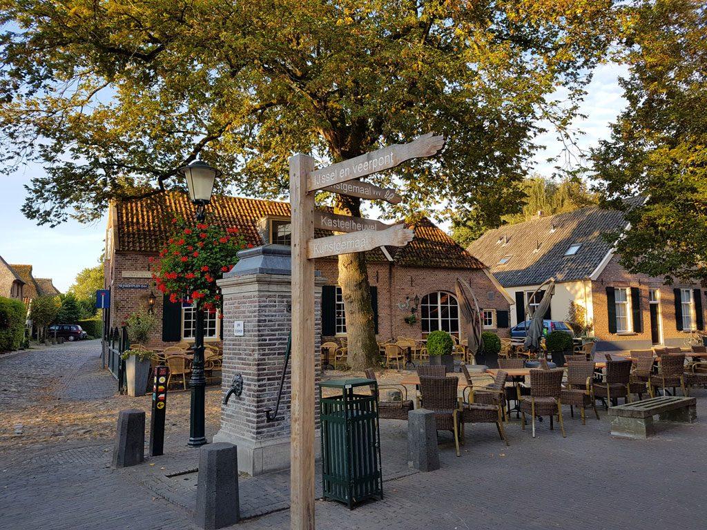 Het sfeervolle dorpsplein in Bronkhorst
