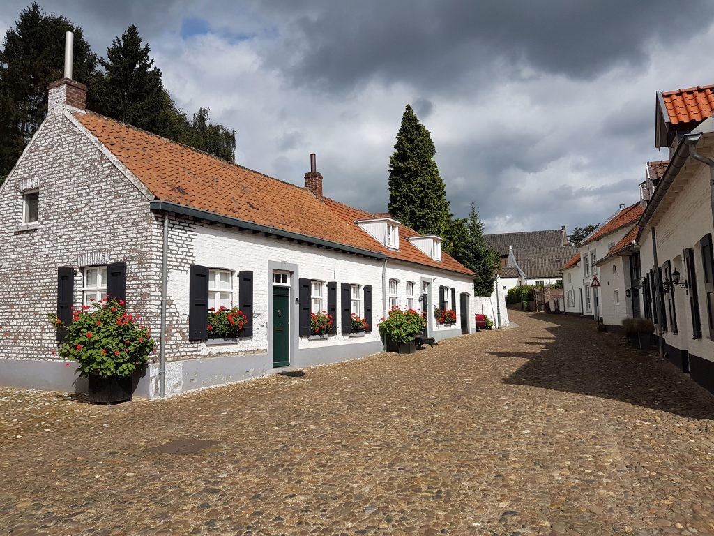 Wit gekalkte huizen in dit straatje in Thorn