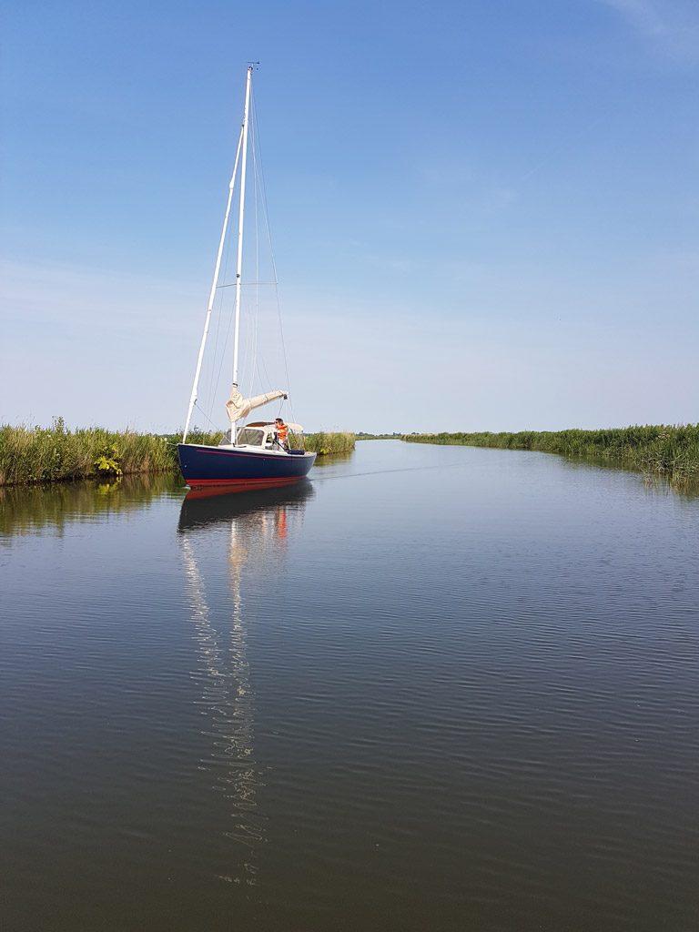 Een prachtige zeilboot op het Friese water
